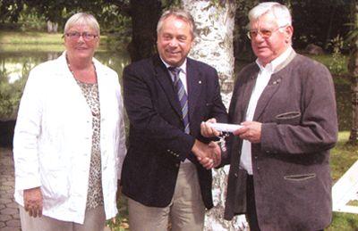 Der AWO Kreisverband Tirschenreuth mit Erich Köllner (Kreisvorsitzender) und Hannelore Bienlein-Holl (Geschäftsführerin) laden zusammen mit Siegfried Depold (Bezirksvorsitzender, Mitte) recht herzlich ein.
