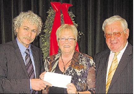 Mit einem Scheck aus dem Sparkassen-Fonds bedankte sich Landrat Wolfgang Lippert bei Hannelore Bienlein-Holl und Erich Köllner (von links) von der Arbeiterwohlfahrt.