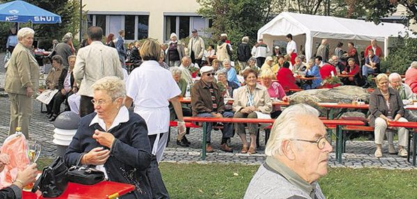 Rund 800 Besucher aus der ganzen Oberpfalz und Niederbayern waren zum AWO Familienfest nach Fuchsmühl gekommen und genossen die gemütliche Atmosphäre rund um die Mehrzweckhalle.