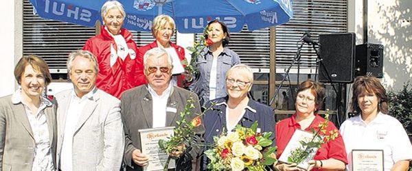 Einer der Höhepunkte beim AWO Familienfest war die Siegerehrung der Mitgliederwerbung. Das Bild zeigt die Sieger mit MdL Annette Karl (links) , AWO Bezirksvorsitzenden Siegfried Depold (Zweiter von links) sowie seine beiden Stellvertreterinnen Hilde Zebisch (Dritte von links) und Hedwig Pable (Vierte von rechts).