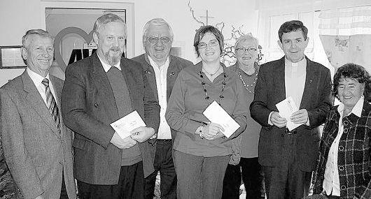 Von links stellvertretender  AWO Kreisvorsitzender Hans Schäffler, Pfarrer Christian Scheliga (Fuchsmühl), AWO-Kreisvorsitzender Erich Köllner, Pfarrerin Sonja Schobel (Wiesau),  AWO-Kreisgeschäftsführerin Hannelore Bienlein-Holl, Pfarrer  Max Früchtl (Wiesau) und stellvertretende AWO-Kreisvorsitzende  Minne Weiß.