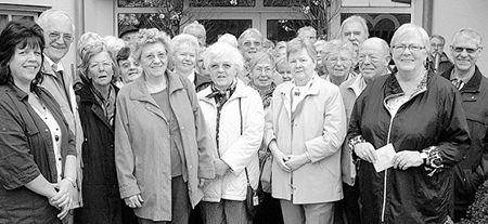 Kreisgeschäftsführerin Hannelore Bienlein-Holl (Zweite von rechts) und Ortsvorsitzende Angelika Würner (links) informierten AWO-Mitglieder aus Spandau über die Arbeit der hiesigen Arbeiterwohlfahrt.