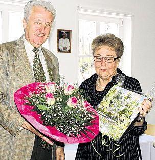 Mit einem Ölbild des  Künstlers Hans  Schiffmann und einem  großen Blumenstrauß  bedankte sich  Kassier Klaus Schuller  im Namen des Vorstandes  und der Mitglieder  bei der überaus  rührigen Vorsitzenden  Christa  Prauschke.
