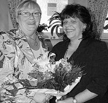 100 neue Mitglieder hat Hannelore  Bienlein-Holl (links) für den AWOOrtsverband  Mitterteich geworben.  Vorsitzende Angelika Würner dankte  ihr dafür mit einem Blumenstrauß.