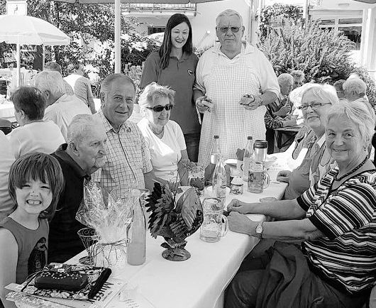 """Das Dennerleinfest  der AWO lockte  wieder zahlreiche  Besucher an. Kreisgeschäftsführerin  Hannelore Bienlein-  Holl (Zweite von  rechts) sowie Kreisvorsitzender  und  """"Grillmeister"""" Erich  Köllner (stehend)  freuten sich über das  große Interesse."""