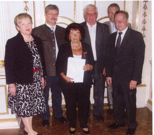 Minne Weiß (3 v.l.) wurde mit dem Bundesverdienstkreuz ausgezeichnet. Bei der Preisverleihung dabei waren auch Erich Köllner (3.v.r.), Kreisvorsitzender der AWO, und Bürgermeister Wolfgang Braun