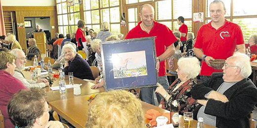 Die vielen Gäste der Benefizveranstaltung fühlten sich bestens unterhalten. Die Versteigerung dieses Bildes des Tirschenreuther Künstlers Hans Schiffmann brachte 365 Euro ein.
