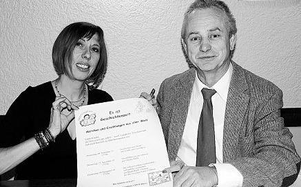 AWO-Vorsitzender Alfred Schuster aus Immenreuth und Jutta Deiml aus  Kemnath präsentieren das Märchen- und Geschichtenprogramm.