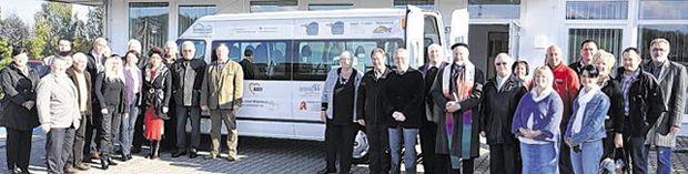 27 Sponsoren halfen zusammen, um den neuen Bus der Arbeiterwohlfahrt zu finanzieren. Mit den Pfarrern und den Vertretern des AWO-Kreisverbandes wünschten sie unfallfreie Fahrten.