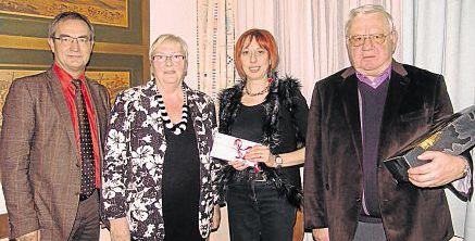 Kreisvorsitzender Erich Köllner (rechts) und Geschäftsführerin Hannelore Bienlein-Holl übergaben 1132 Euro an Kinderschutzbund-Vorsitzende Jutta Deiml (Zweite von rechts). Die Summe ist der Reinerlös des 23. Benefizkonzerts der AWO. Auch der Kemnather Bürgermeister Werner Nickl (links) freute sich über die Zuwendung für den Kemnather Verein.