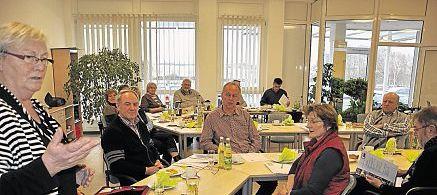"""AWO-Geschäftsführerin Hannelore Bienlein-Holl (stehend) stellte den Seniorenbeauftragten des Landkreises die AWO und ganz im speziellen das """"Haus der Pflege"""" vor. Dabei erhielt die AWO viel Lob und Anerkennung für ihre Leistungen auf dem sozialen Gebiet."""