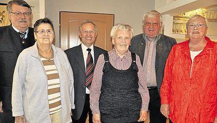 Seit 25 Jahren gehören Hildegard Riedl (Dritte von rechts) und Helga Hamann  (zweite von links) dem Ortsverband an. Dazu gratulierte Ortsvorsitzender Max Zintl (Dritter von links), zweiter Bürgermeister Karl-Heinz Ernstberger (links) sowie Kreisgeschäftsführerin Hannelore Bienlein-Holl und Kreisvorsitzender Erich Köllner (von rechts).