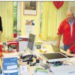 Dank der Unterstützung durch das Jobcenter Tirschenreuth sind Reinhard Gründel (links sitzend) und Yvonne Kappelmann (rechts sitzend) beruflich neu durchgestartet. Darüber freuen sich (von links) AWO-Geschäftsführerin Angelika Würner, Arbeitsvermittlerin Sabine Beer und Jobcenter-Teamleiterin Hilke Janssen (von links) sowie Arbeitsvermittler Daniel Fischer, Manfred Sommer und AWO-Kreisvorsitzender Erich Köllner (von rechts). Bild: jr