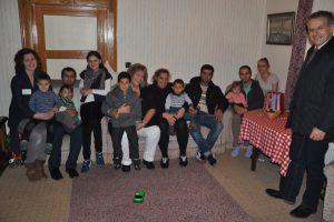 Besuch in den Wohnungen der Flüchtlinge: Bürgermeister Roland Grillmeier (rechts) hatte Süßes für die Kinder mitgebracht. Mit im Bild Angelika Würner und Tatjana Schuhmacher von der Arbeiterwohlfahrt.