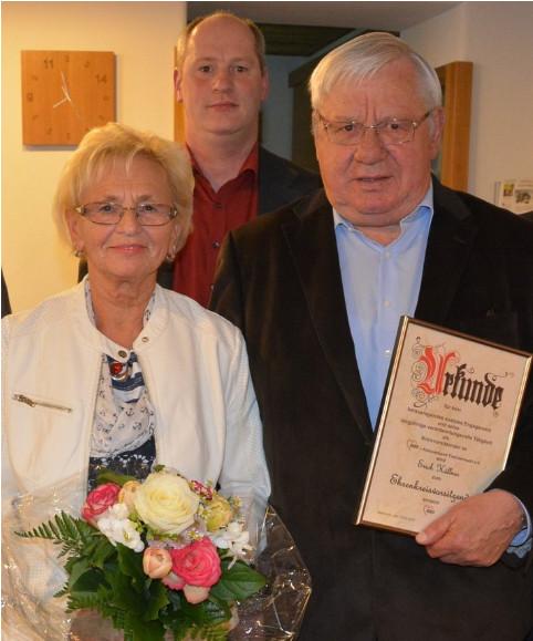 Zum Ehrenkreisvorsitzenden ernannte die Arbeiterwohlfahrt Erich Köllner, der 18 Jahre lang an der Spitze des Kreisverbandes stand. Blumen gab es für Ehefrau Marianne. Dahinter Köllners Nachfolger Thomas Döhler.