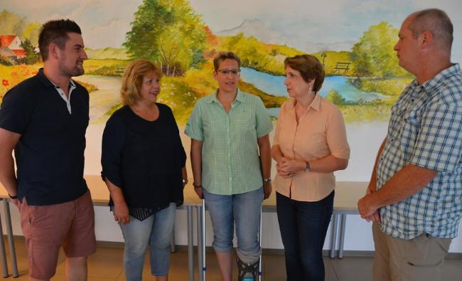 Zu Gast bei der Arbeiterwohlfahrt Tirschenreuth war MdL Annette Karl (Zweite von rechts). Sie informierte sich über die Leistungen der Ambulanten Krankenpflege. Mit dabei waren AWO-Kreisvorsitzender Thomas Döhler (rechts) sowie (von links) stellvertretender Pflegedienstleiter Michael König, Kreisgeschäftsführerin Angelika Würner und Pflegedienstleiterin Bettina Sammet. Bild: Josef Rosner