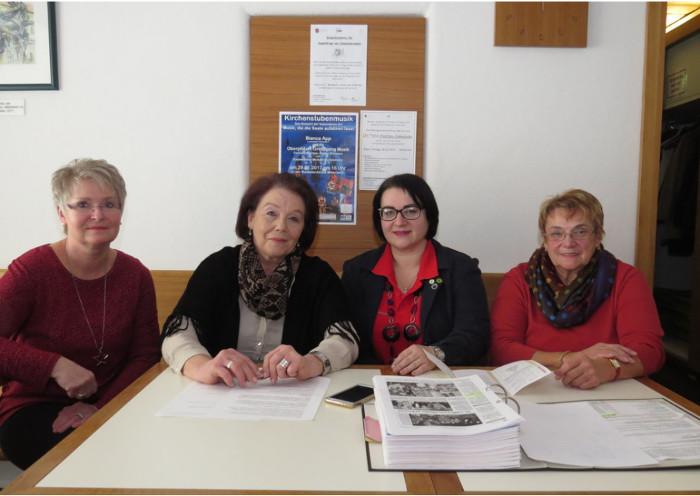 Leiterin Gudrun Brill (Zweite von links) und ihr Team, Renate Krieglsteiner (links), Adelheid Görl (rechts) und Sonja Haberkorn, freuen sich auf das neue Jahr 2017 im Mehrgenerationenhaus und laden alle Interessierten zum Kommen und Mitmachen ein. Foto: ubb