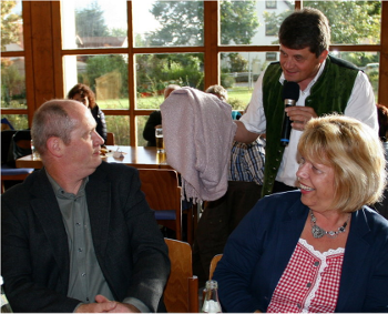 """""""Bäffs"""" Spottverse machten auch vor AWO-Kreisgeschäftsführerin Angelika Würner (rechts) und AWO-Kreisvorsitzendem Thomas Döhler (links) nicht Halt. Letzterer musste aufgrund seiner Abstammung aus Sachsen-Anhalt einiges über sich ergehen lassen. Döhler ertrug die Sticheleien mit Gelassenheit."""