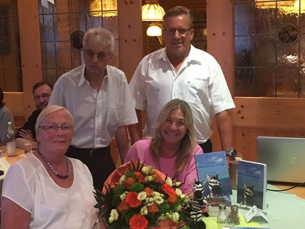 Peggy Biczysko (vorne, rechts) mit AWO-Vorsitzendem Edwin Ulrich (hinten, links), SPD-Chef Udo Fürst und Hannelore Bienlein-Holl, deren Idee es war, die Autorin nach Fuchsmühl zu holen.