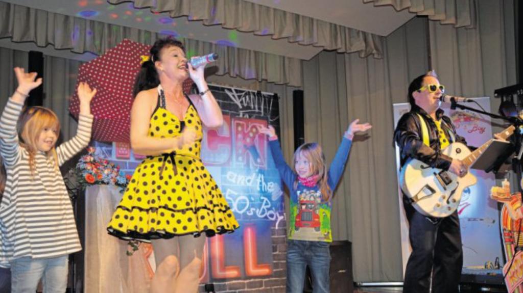 """Das Duo """"Pippi and the 50's Boy"""" aus Sachsen bezog auch Kinder ins Bühnenprogramm ein."""