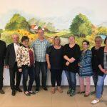 Thomas Döhler (4. v.l.) führt nun in Personalunion den AWO Kreisverband Tirschenreuth e.V. und den AWO Betreuungsverein e.V. Zweite Vorsitzende Angelika Würner (5.v.l.) wünschte mit den weiteren Vorstandsmitgliedern und Teilnehmern der Mitgliederversammlung viel Glück.