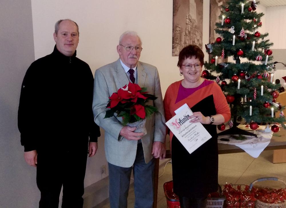 Leonhard Müller konnte von Brigitte Scharf und Thomas Döhler für 45 Jahre Mitgliedschaft geehrt werden.