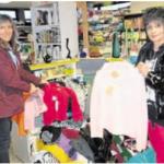 Das Team des Kinderhauses Steinwaldwichtel brachte modische Kleidung zur Arbeiterwohlfahrt.