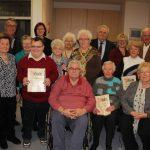 Langjährige Mitglieder ehrte der AWO-Ortsverein Tirschenreuth im Rahmen seiner Weihnachtsfeier. Unser Bild zeigt die Geehrten mit den Ehrengästen sowie Vorsitzender Marianne Scheffler (vorne rechts).