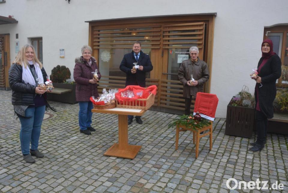 Weihnachtsplätzchen-Verkauf vorm Mehrgenerationenhaus Mitterteich