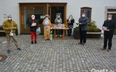 MGH-Team verkauft nach Backaktion Osterlämmer am Kirchplatz in Mitterteich